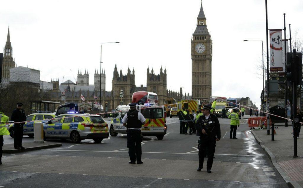 LONDRA, LA FOTO DELLA ISLAMICA INDIFFERENTE È UN FAKE. ACCUSE ALLA RUSSIA