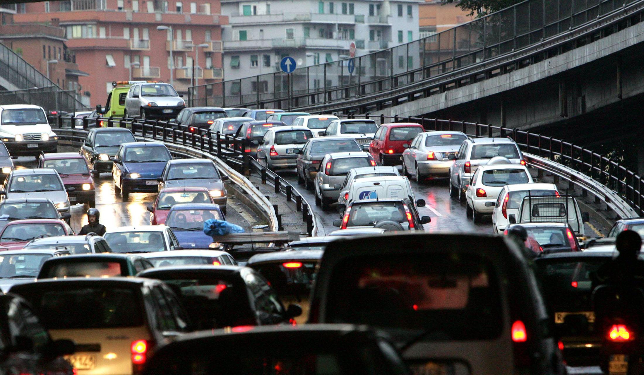 Roma sconfitta dal traffico: è la seconda al mondo per ore in auto perse ogni anno