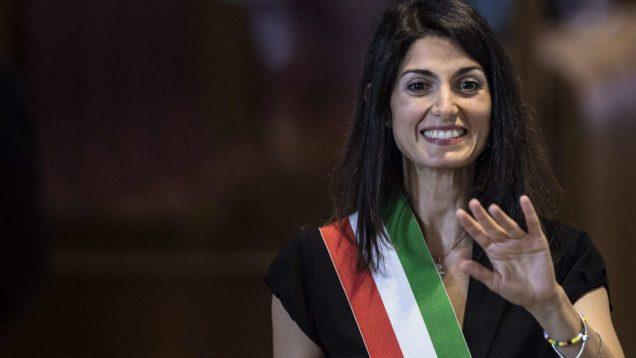 Roma: Raggi si alza, saluta parlamentari M5s e cittadini