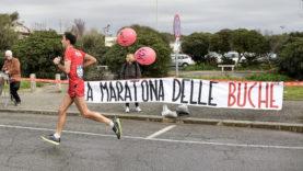 Roma-Ostia, protesta per le buche durante la maratona