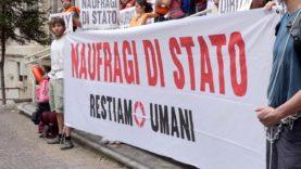 RESTIAMO UMANI, ATTIVISTI BLOCCANO INGRESSO MINISTERO DEI TRASPORTI ROMA