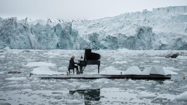 Composer and Pianist Ludovico Einaudi Performs in the Arctic OceanGreenpeace organiza un concierto historico con el pianista Ludovico Einaudi en el oceano çrtico para pedir su proteccion.
