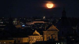 leclissi-di-luna-piu-lunga-del-secolo-vista-allombra-del-colosseo