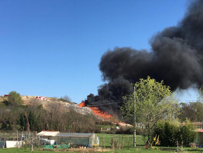 Incendio discarica a Mariano Comense (Como). VIDEO e  FOTO