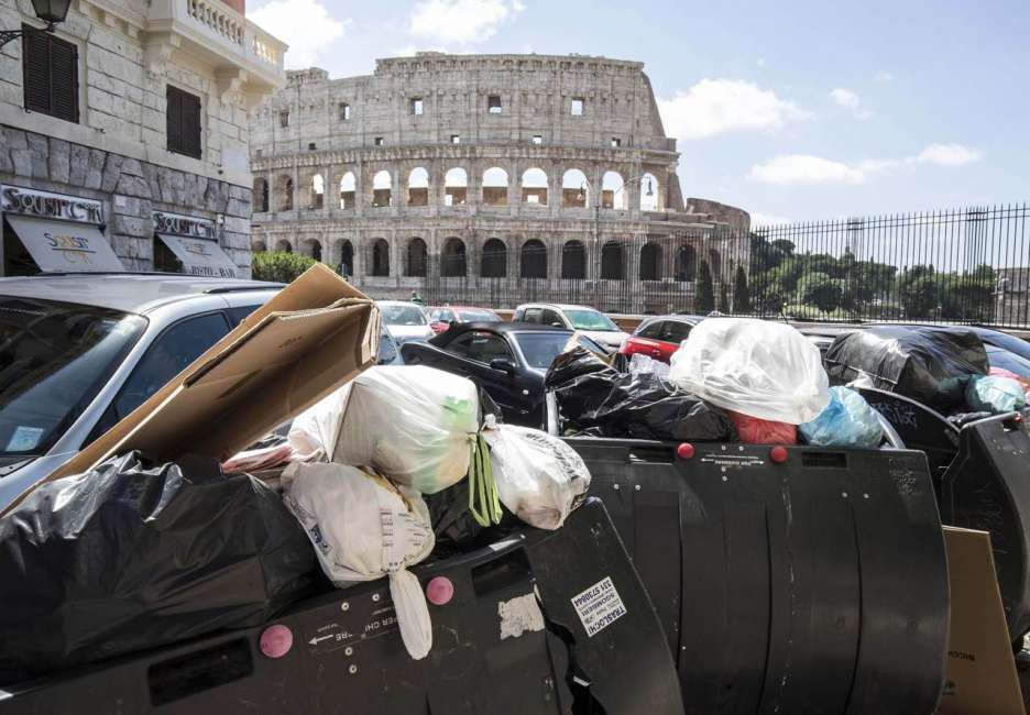 Risultati immagini per rifiuti a Roma immagini
