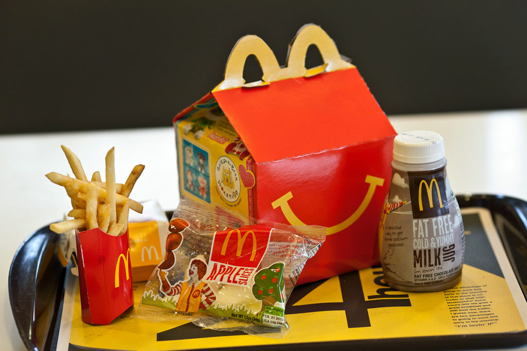 Plastica, basta giochi nell'happy meal. Due bambine contro McDonald's e Burger King