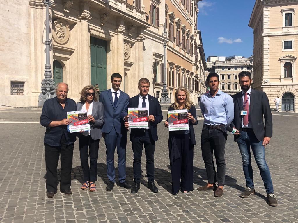Emergenza climatica, consegnate oltre 50mila firme raccolte con la petizione su Change.org