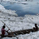 Inquinamento, schiuma tossica nel fiume sacro Yamuna a New Delhi