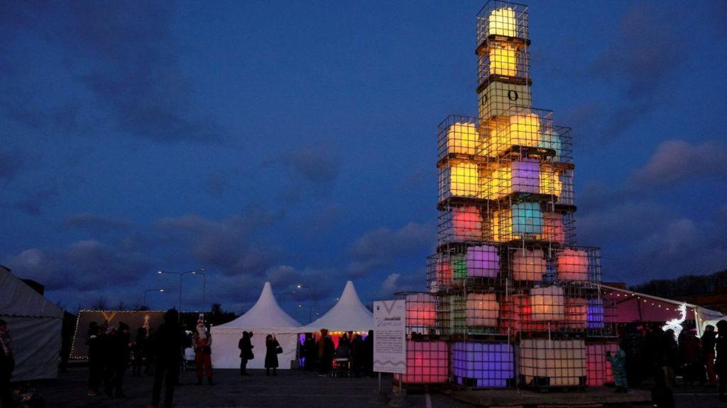 Natale, artista crea un albero fatto di taniche di benzina riciclate VIDEO
