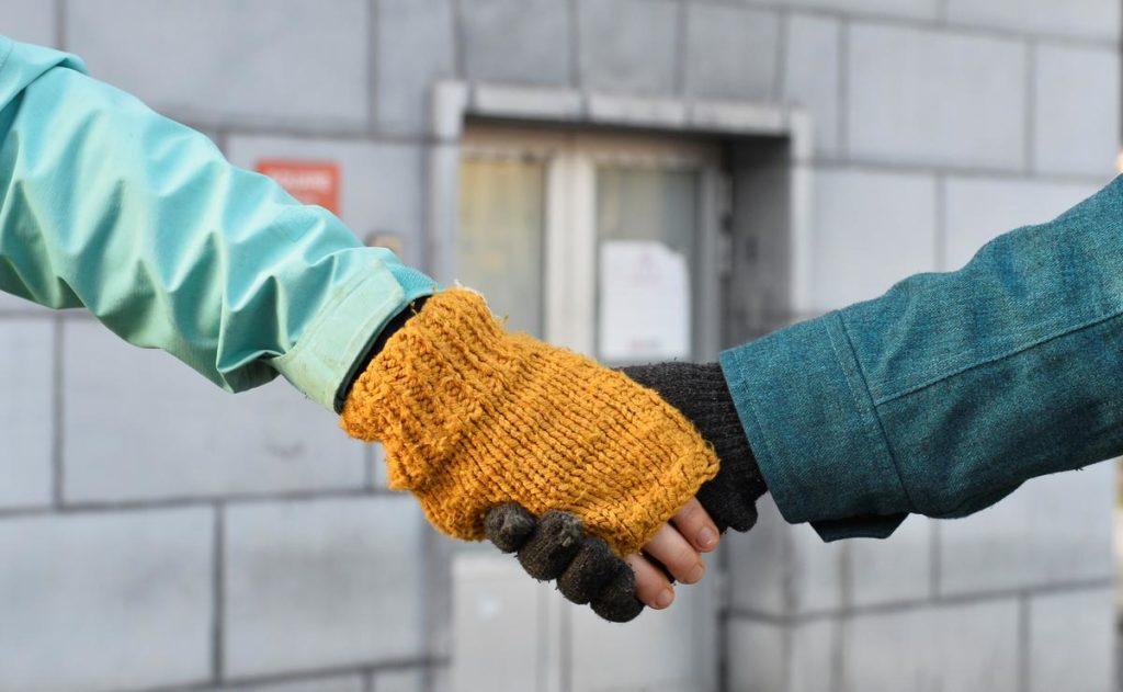 Clima, manifestanti formano una catena umana nel centro di Bruxelles VIDEO