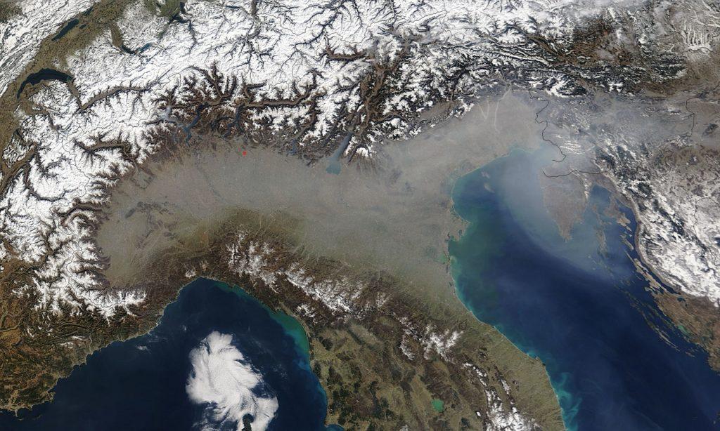 Smog, biomasse bruciate e polveri sottili: la cappa nera sopra la Pianura Padana