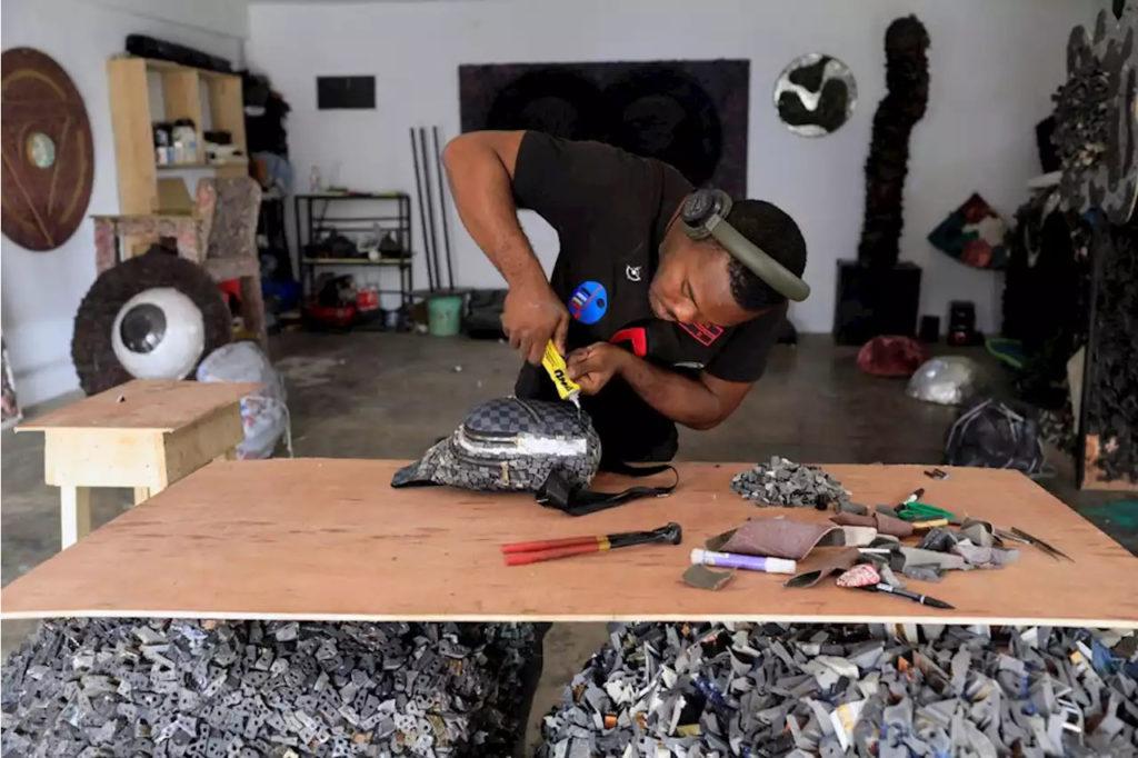 Moda, un'artista nigeriano ha creato una linea di borse realizzata con rifiuti di plastica