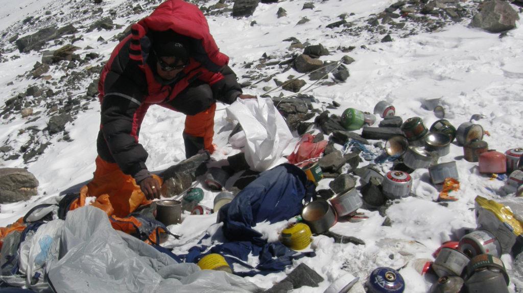 Everest, il Nepal manda l'esercito per raccogliere i rifiuti ma gli sherpa si oppongono