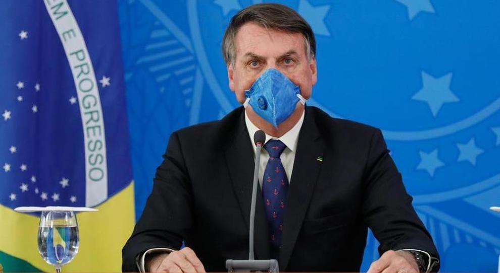Coronavirus, Bolsonaro viola le norme di isolamento e Twitter rimuove video