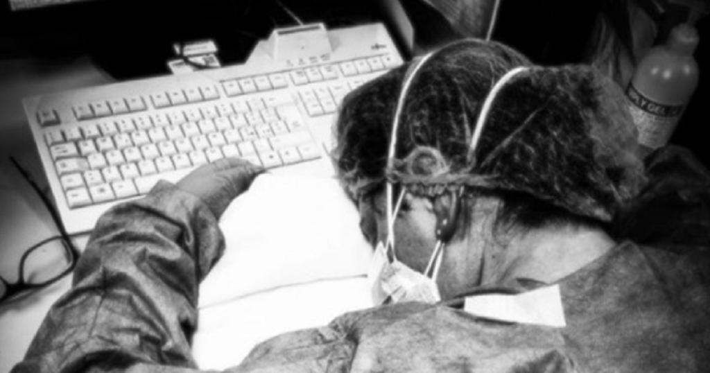 Coronavirus, guarita l'infermiera protagonista della foto simbolo della lotta al virus