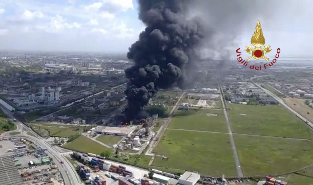 Marghera, vasto incendio in uno stabilimento: ritorna l'incubo del rischio chimico VIDEO