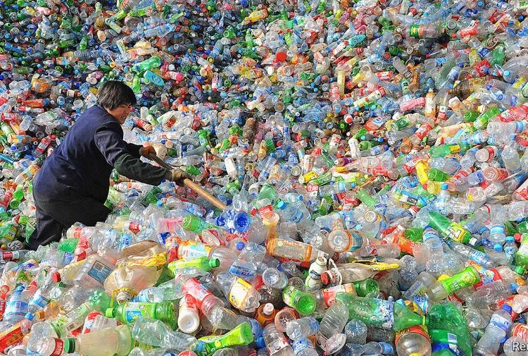 Plastica, ecco come le aziende produrranno bottiglie senza usare combustibili fossili
