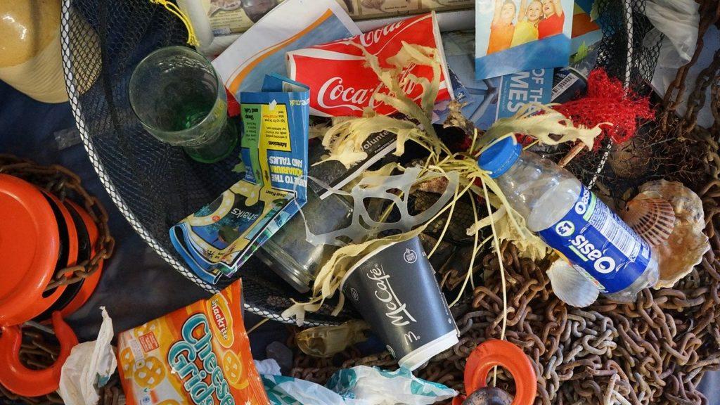 Oceani, rifiuti di plastica triplicati nei prossimi 20 anni. Lo studio