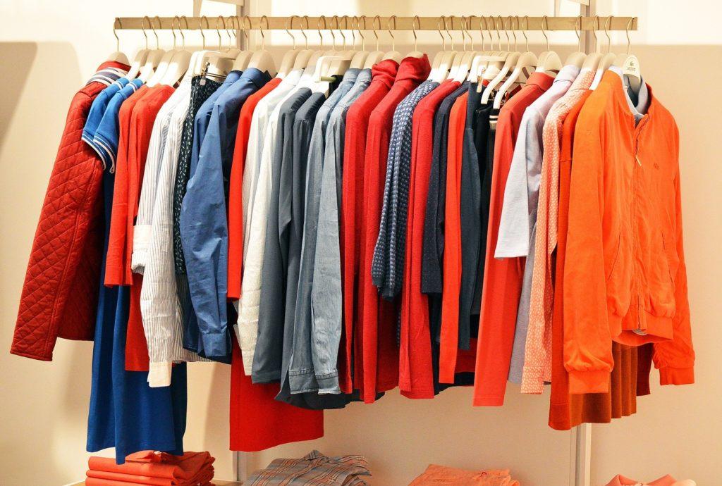 Inquinamento, le fibre plastiche dei vestiti sintetici stanno invadendo l'ambiente