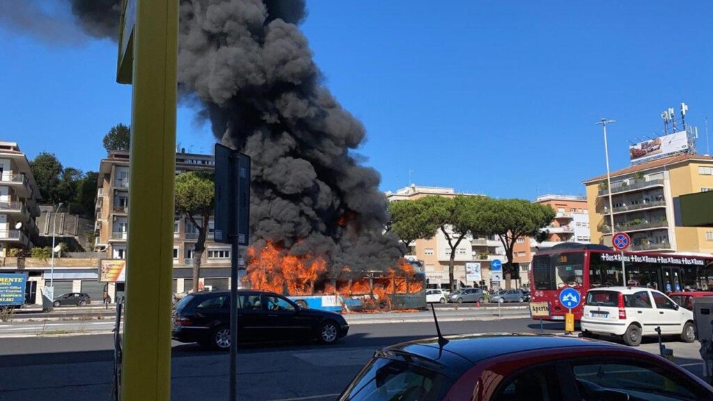 Roma, ennesimo autobus in fiamme VIDEO
