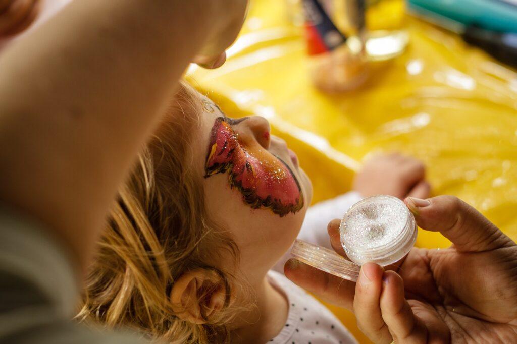 Microplastiche, attenzione ai glitter nei cosmetici: possono danneggiare laghi e fiumi. Lo studio