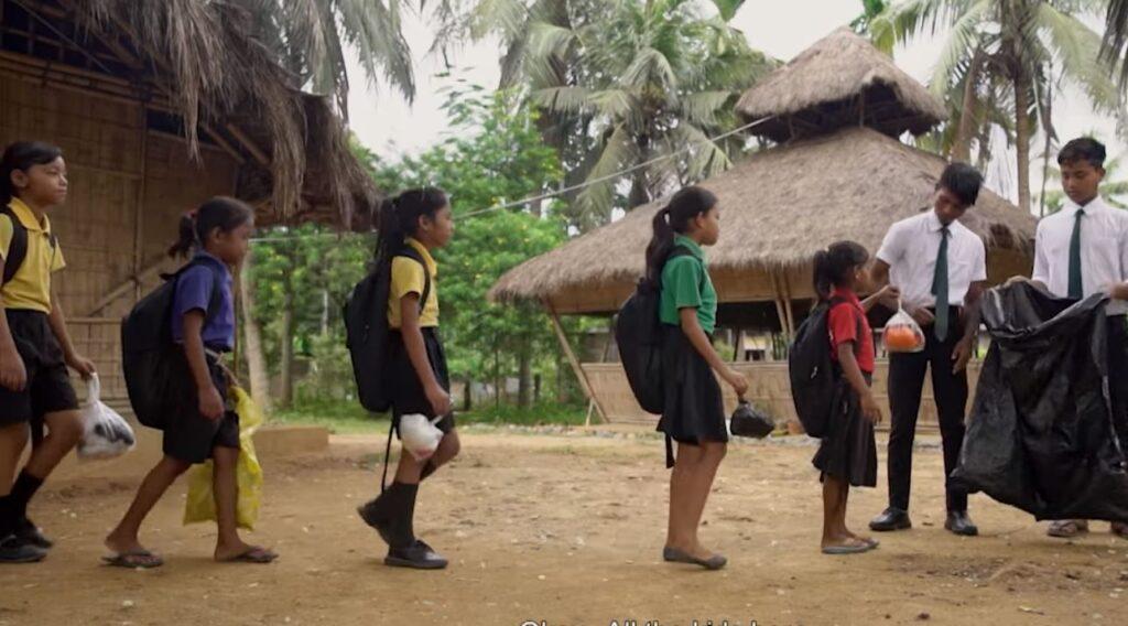 Plastica, c'è una scuola in India dove le lezioni vengono pagate consegnando rifiuti
