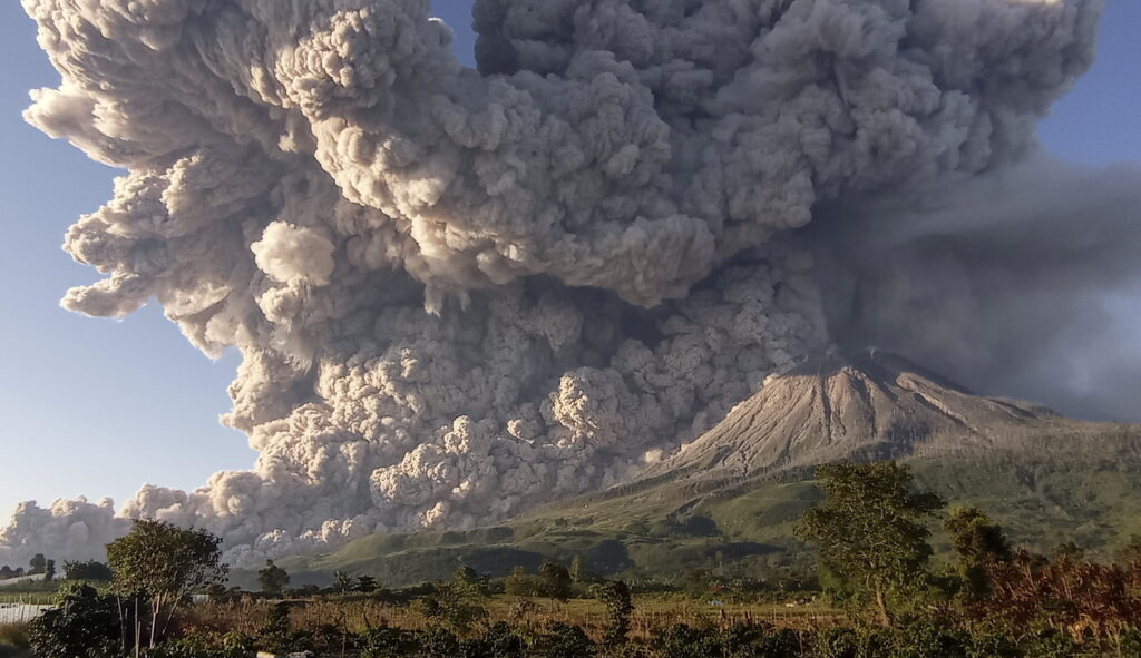 Indonesia, l'eruzione del vulcano del Monte Sinabung in timelapse VIDEO