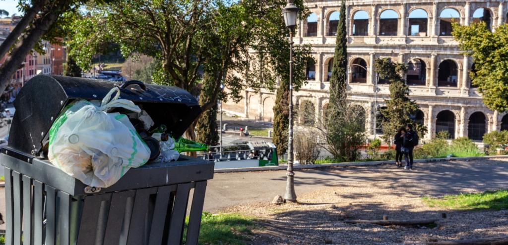Roma, approvato nuovo regolamento rifiuti: feste plastic-free e stop ai sacchi neri