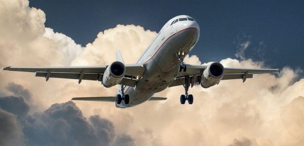 Dalla plastica riciclata un ecocarburante per gli aerei. Lo studio