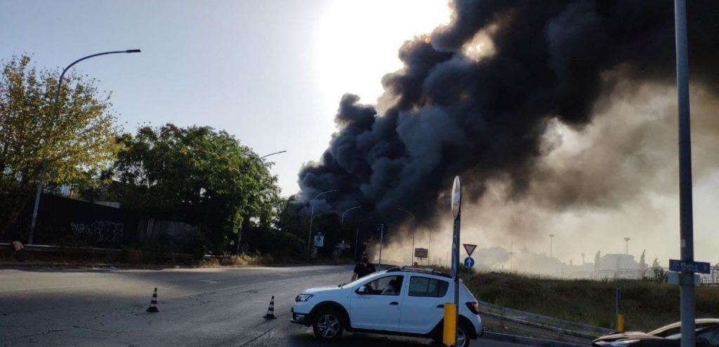 Rogo tossico su Via Casilina, bruciano due autodemolitori  VIDEO