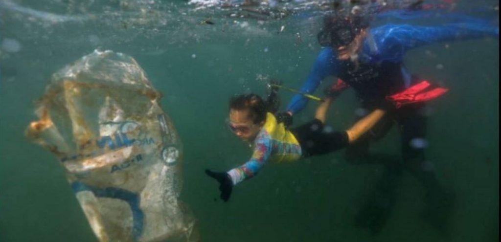 Nina, 4 anni e una grande missione: ripulire il mare dalla plastica