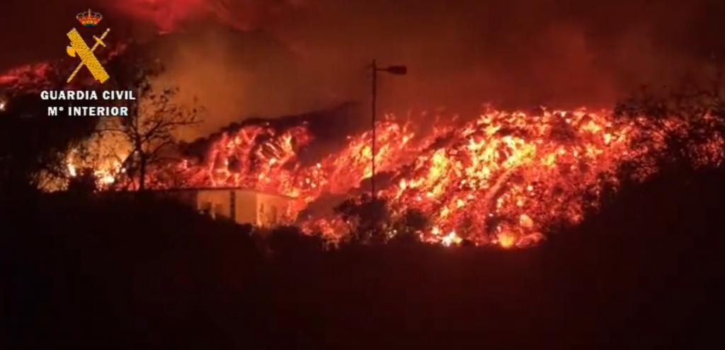 Canarie, il vulcano Cumbre Vieja continua a eruttare. Ed è allarme nel Mediterraneo per il biossido di zolfo