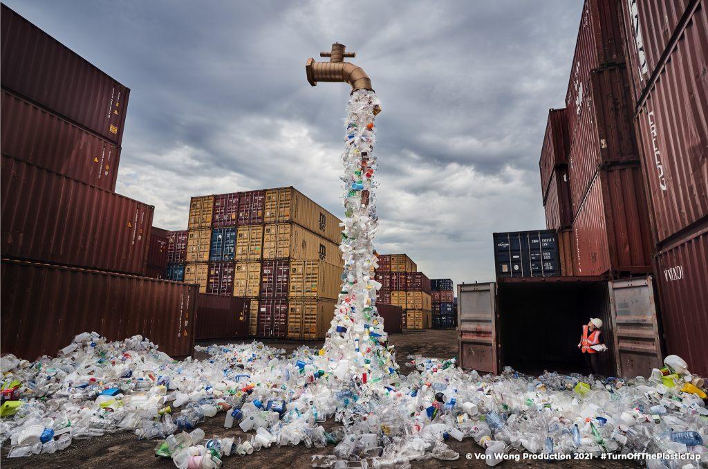 Plastica, un rubinetto sempre aperto che vomita rifiuti: l'opera di denuncia di un artista canadese