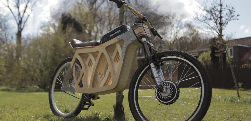 Mobilità, da una studentessa universitaria la prima e-bike autoprodotta in legno