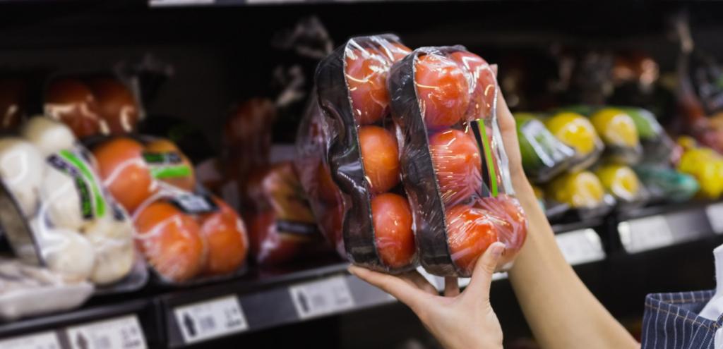 Francia, frutta e verdura saranno venduti senza imballaggi in plastica