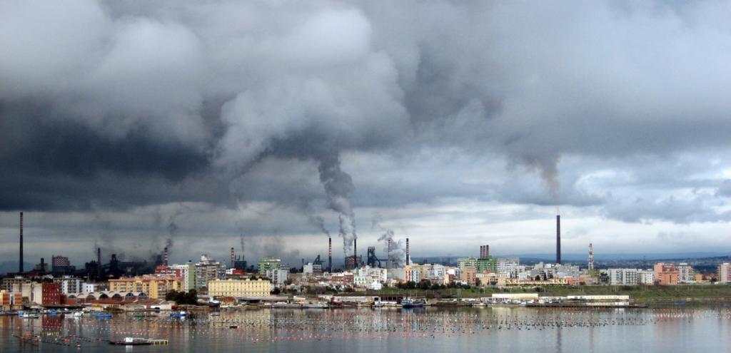 Taranto, eccesso di mortalità del 68% tra gli uomini residenti nei quartieri più vicini all'ex Ilva