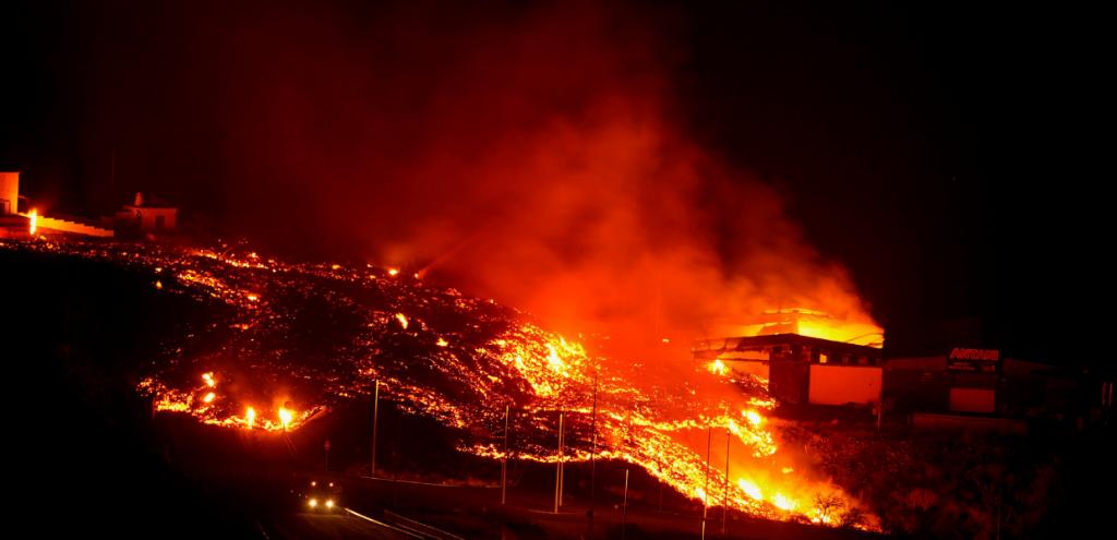 Canarie, il vulcano torna a far paura: un nuovo fiume di lava si muove verso la città
